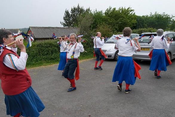 Độc đáo lễ hội bắt giun ở Anh - Ảnh 6.