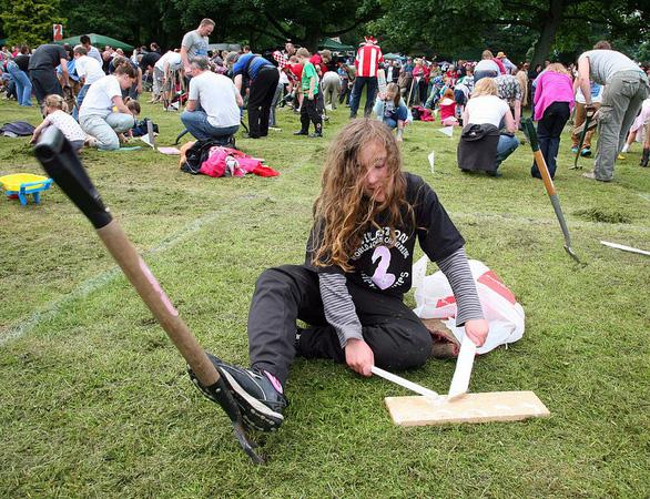 Độc đáo lễ hội bắt giun ở Anh - Ảnh 4.