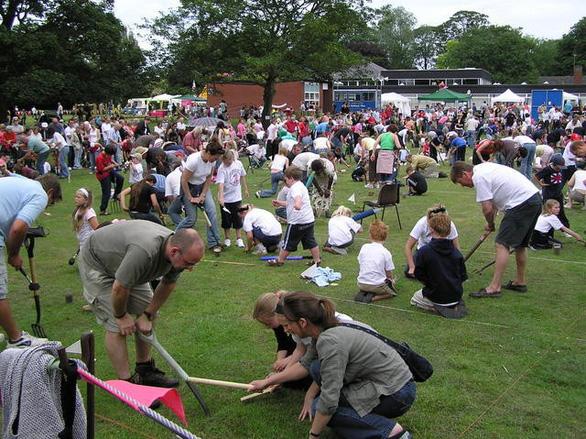 Độc đáo lễ hội bắt giun ở Anh - Ảnh 1.