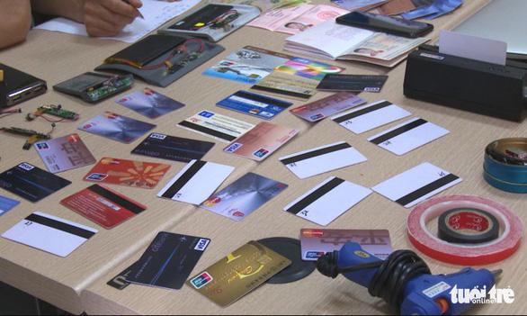 Bắt một người Trung Quốc dùng thẻ giả rút trộm tiền ATM - Ảnh 2.