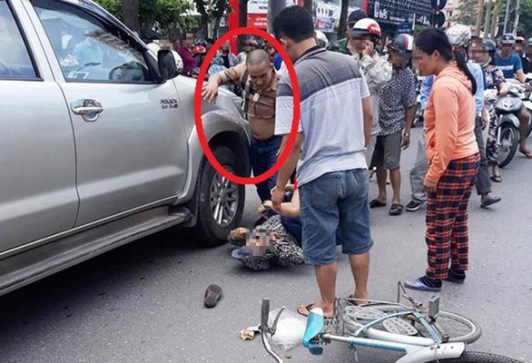 Khởi tố tài xế cãi nhau với vợ, lùi xe cán chết người đi xe đạp - Ảnh 1.