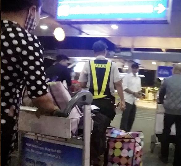 Cò xe lộng hành, chặt chém hù dọa hành khách ở sân bay - Ảnh 9.