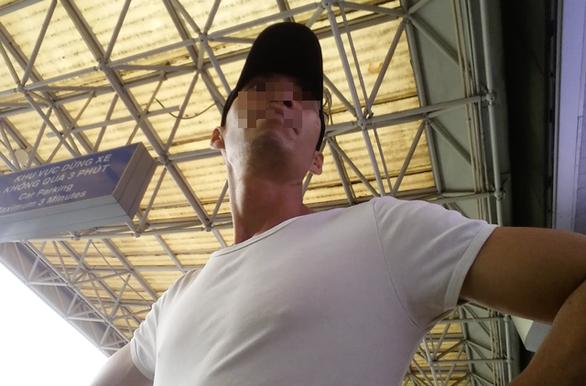 Cò xe lộng hành, chặt chém hù dọa hành khách ở sân bay - Ảnh 4.