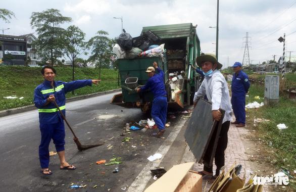 Bô rác quá tải, rác hôi thối tràn ngập ra đường - Ảnh 4.