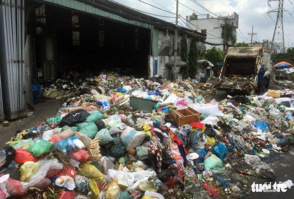 Bô rác quá tải, rác hôi thối tràn ngập ra đường - Ảnh 3.