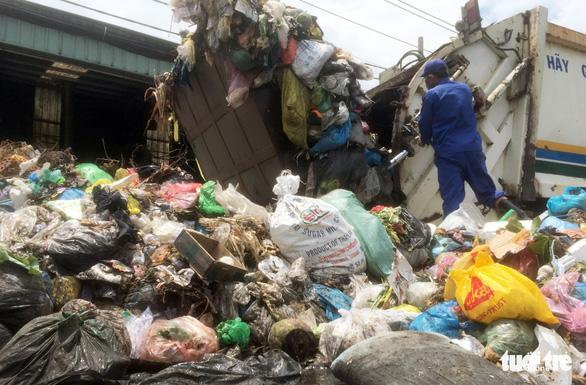 Bô rác quá tải, rác hôi thối tràn ngập ra đường - Ảnh 2.
