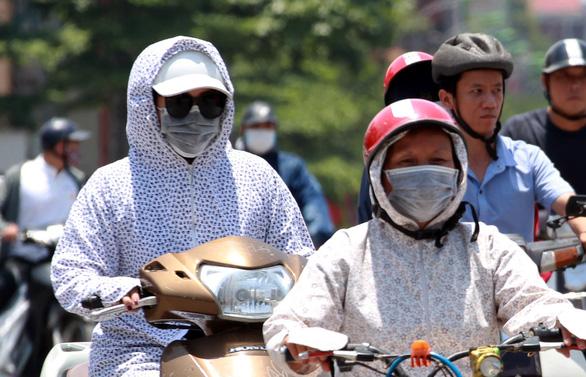 Dân Hà Nội như Ninja trong nắng nóng đầu mùa - Ảnh 3.