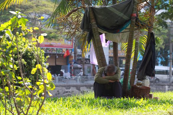 Dân Hà Nội như Ninja trong nắng nóng đầu mùa - Ảnh 6.