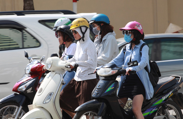 Dân Hà Nội như Ninja trong nắng nóng đầu mùa - Ảnh 4.