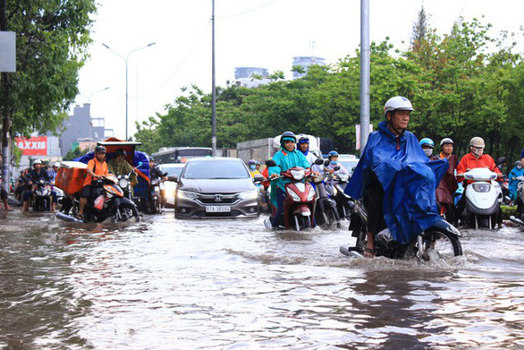 Đường Nguyễn Hữu Cảnh lại ngập nặng dù có siêu máy bơm - Ảnh 5.