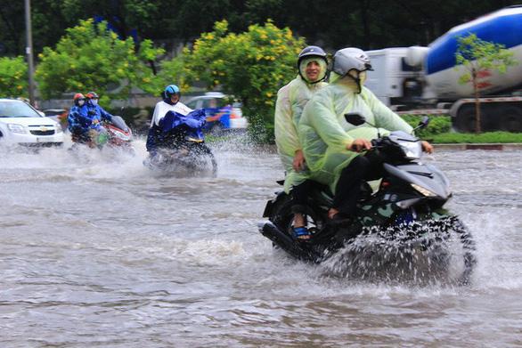 Đường Nguyễn Hữu Cảnh lại ngập nặng dù có siêu máy bơm - Ảnh 6.