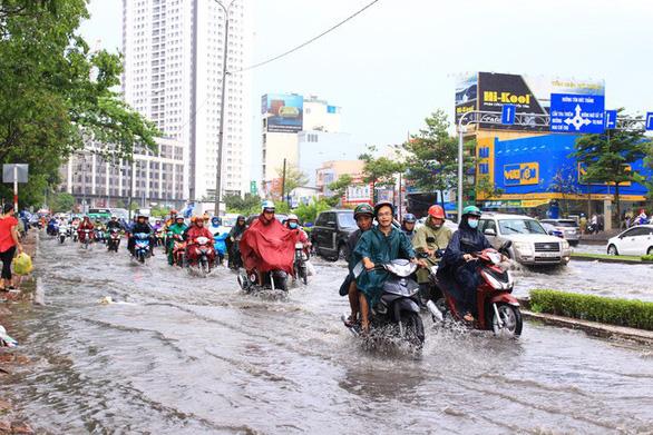 Đường Nguyễn Hữu Cảnh lại ngập nặng dù có siêu máy bơm - Ảnh 7.