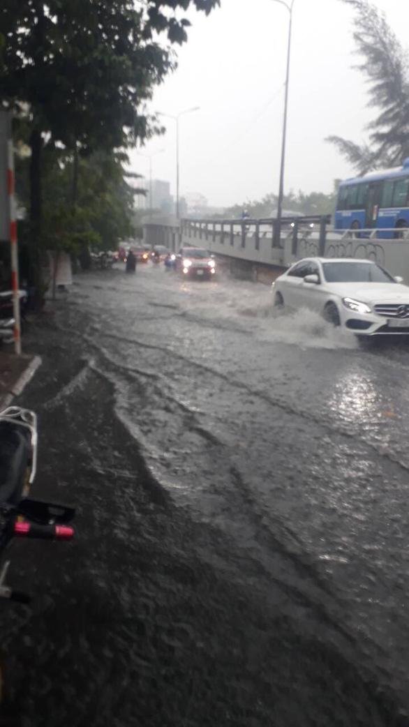 Đường Nguyễn Hữu Cảnh lại ngập nặng dù có siêu máy bơm - Ảnh 3.
