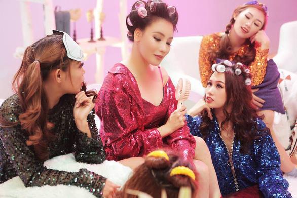 Hồ Quỳnh Hương trở về 10 năm trước qua Take it easy - Ảnh 3.