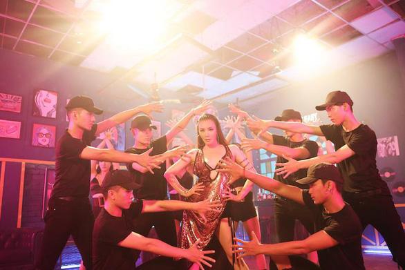 Hồ Quỳnh Hương trở về 10 năm trước qua Take it easy - Ảnh 1.