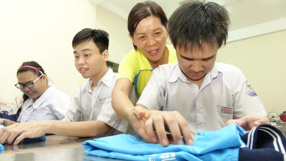 Cô dẫn trò khuyết tật vô siêu thị, nhà bếp... dạy kỹ năng sống - Ảnh 1.