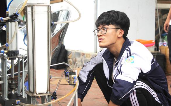 Phỏng vấn lần 3, nam sinh Nghệ An đã được cấp visa đi thi - Ảnh 1.