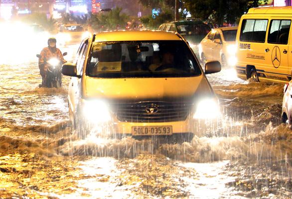 Lái xe mùa mưa ngập, cần lưu ý gì? - Ảnh 1.