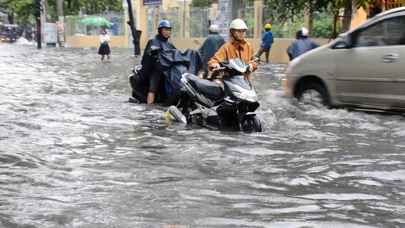 Sài Gòn mưa lớn đầu mùa, khắp nơi lại điệp khúc ngập - Ảnh 1.