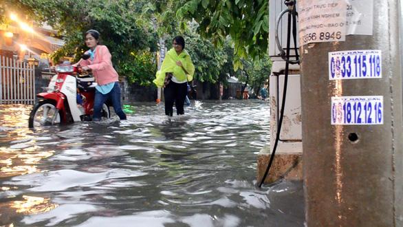 Sài Gòn mưa lớn đầu mùa, khắp nơi lại điệp khúc ngập - Ảnh 2.