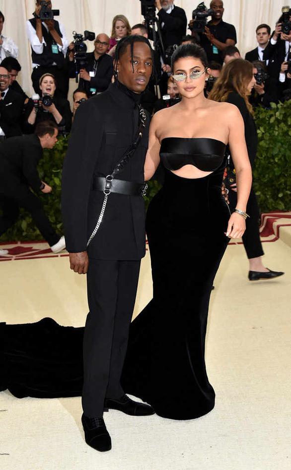 Kylie Jenner - bà mẹ hot girl hay bà trùm mỹ phẩm? - Ảnh 1.