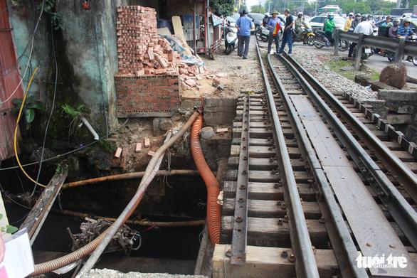 Đậu sát đường ray suốt 4 lượt tàu, xe ba gác bị húc xuống mương - Ảnh 1.