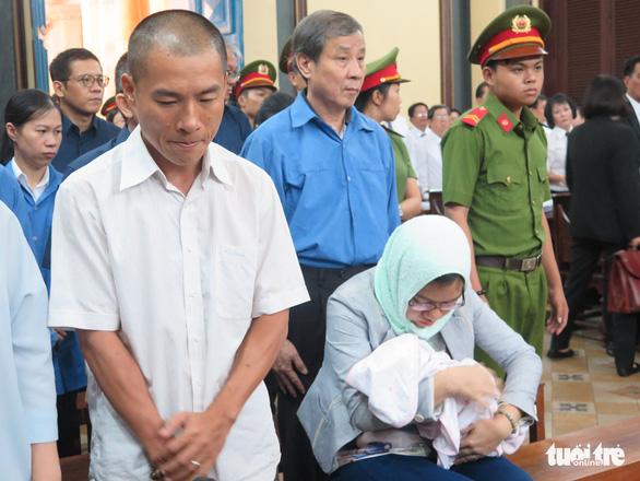 Nguyên trợ lý bà Hứa Thị Phấn ôm con chưa đầy tháng đến tòa - Ảnh 1.