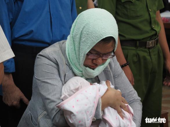 Nguyên trợ lý bà Hứa Thị Phấn ôm con chưa đầy tháng đến tòa - Ảnh 3.