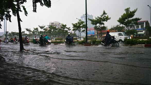 Sài Gòn mưa lớn đầu mùa, khắp nơi lại điệp khúc ngập - Ảnh 3.