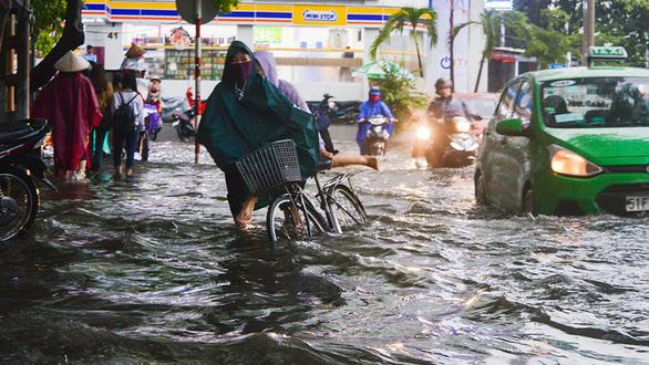 Sài Gòn mưa lớn đầu mùa, khắp nơi lại điệp khúc ngập - Ảnh 4.