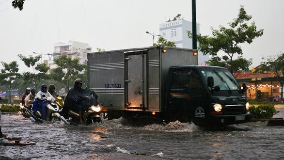 Sài Gòn mưa lớn đầu mùa, khắp nơi lại điệp khúc ngập - Ảnh 5.