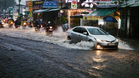 Sài Gòn mưa lớn đầu mùa, khắp nơi lại điệp khúc ngập - Ảnh 6.