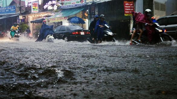 Sài Gòn mưa lớn đầu mùa, khắp nơi lại điệp khúc ngập - Ảnh 7.