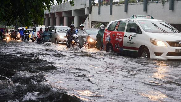 Sài Gòn mưa lớn đầu mùa, khắp nơi lại điệp khúc ngập - Ảnh 8.