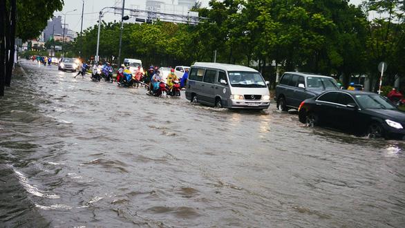 Sài Gòn mưa lớn đầu mùa, khắp nơi lại điệp khúc ngập - Ảnh 10.