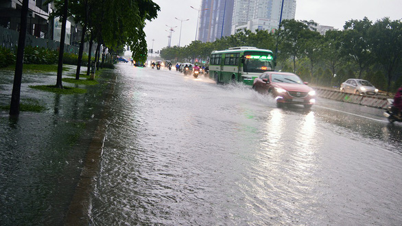 Sài Gòn mưa lớn đầu mùa, khắp nơi lại điệp khúc ngập - Ảnh 9.