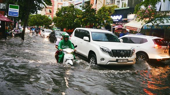 Sài Gòn mưa lớn đầu mùa, khắp nơi lại điệp khúc ngập - Ảnh 11.