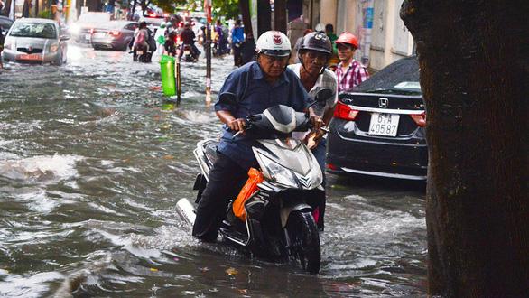 Sài Gòn mưa lớn đầu mùa, khắp nơi lại điệp khúc ngập - Ảnh 12.