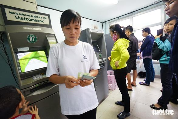 Hai ông lớn VietinBank, Vietcombank tăng phí rút tiền ATM - Ảnh 1.