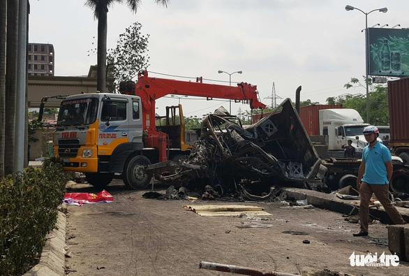Xe container bốc cháy sau va chạm, tài xế tử vong - Ảnh 1.
