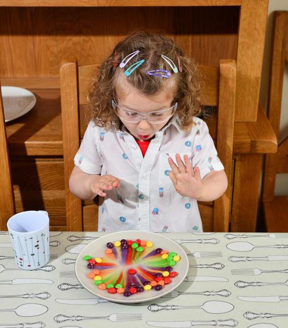 Cô bé 3 tuổi thích thú biểu diễn các thí nghiệm khoa học - Ảnh 3.