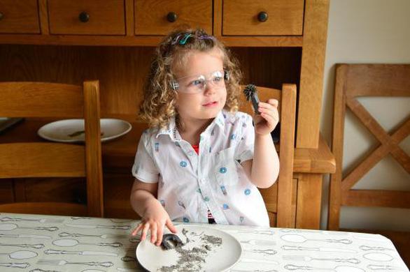 Cô bé 3 tuổi thích thú biểu diễn các thí nghiệm khoa học - Ảnh 2.