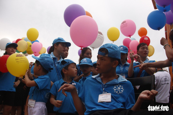 Bóng ước mơ của hơn 600 em nhỏ khuyết tật được thả lên trời - Ảnh 4.