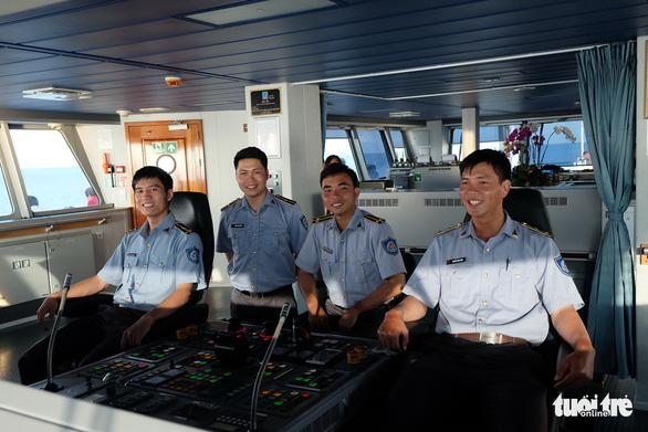Những Chàng Trai Tuổi Đôi Mươi Trên Boong Lái Tàu Kiểm Ngư - Ảnh 1.