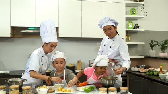 Mẹ con Thu Trang dạy nấu ăn trong lớp Trùm bếp từ ngày 1-6 - Ảnh 1.