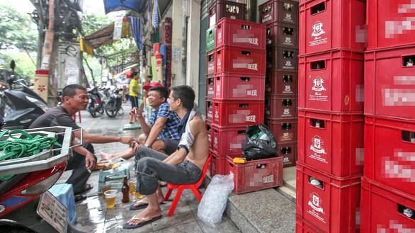 Rượu bia khắp nơi, mua dễ hơn rau - Ảnh 3.