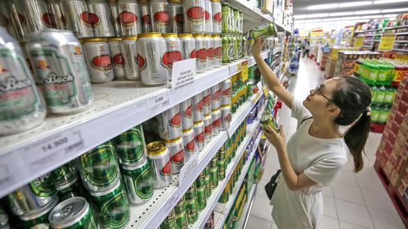 Rượu bia khắp nơi, mua dễ hơn rau - Ảnh 1.
