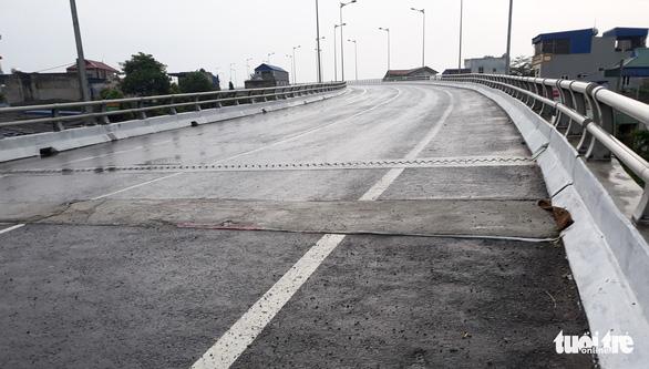 Đã sửa xong hố sụt trên cầu Tân Phong - Ảnh 1.