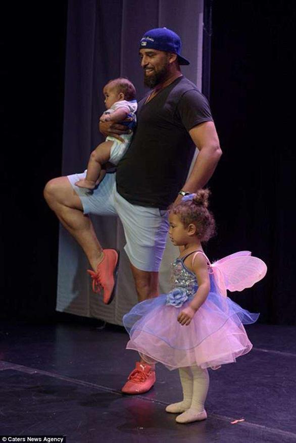 Bố nhảy lên sân khấu múa ballet cùng con gái khóc nhè - Ảnh 2.