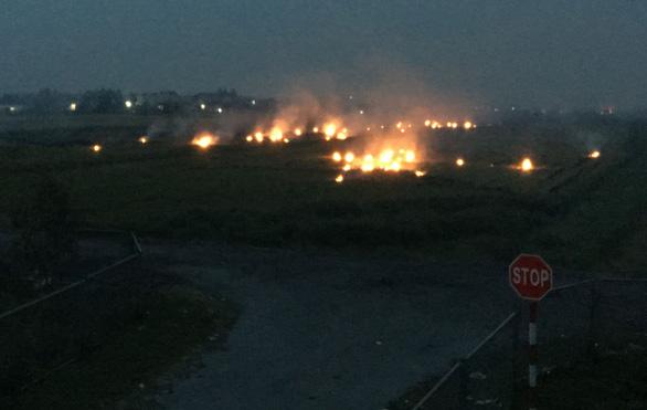 Khói mù mịt do đốt rơm rạ ven cao tốc Hà Nội - Hải Phòng - Ảnh 3.